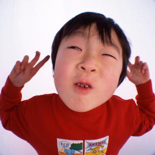 おどけた男の子の顔のアップの写真素材 [FYI03369824]