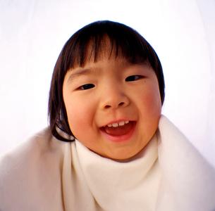 照れくさそうに笑う女の子の顔のアップの写真素材 [FYI03369831]