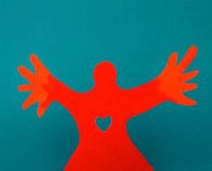 手を広げる人のクラフトの写真素材 [FYI03369835]