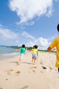海岸を走る子供達の写真素材 [FYI03369862]