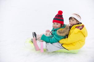 そりで遊ぶ男の子と女の子の写真素材 [FYI03369929]