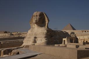 スフィンクスとメンカウラー王のピラミッドの写真素材 [FYI03369986]