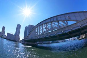 隅田川と勝鬨橋とビル群の写真素材 [FYI03370006]