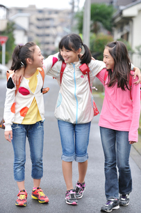 下校中の三人の女の子の写真素材 [FYI03370166]