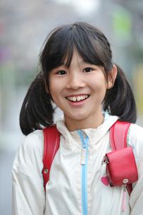笑顔の小学生の写真素材 [FYI03370167]