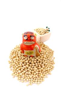節分 赤鬼の面と升と豆の写真素材 [FYI03370198]