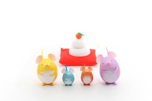 ネズミの親子と鏡餅  クラフトの写真素材 [FYI03370210]