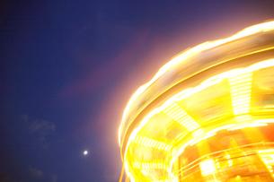 夜のメリーゴーラウンドの上部の写真素材 [FYI03370264]