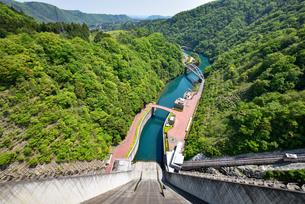 宮ケ瀬ダムから見た風景の写真素材 [FYI03370271]