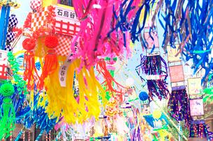 風に揺れる七夕飾りの写真素材 [FYI03370299]