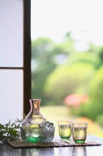 冷酒と庭園の写真素材 [FYI03370316]