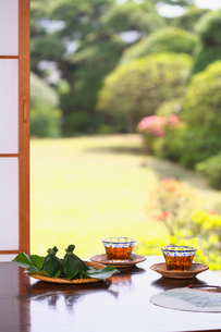 麦茶と和菓子と庭園の写真素材 [FYI03370317]