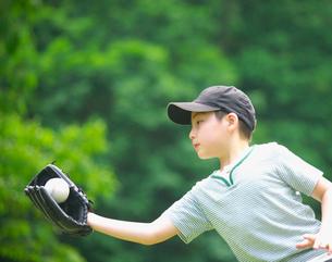キャッチボールをする男の子の写真素材 [FYI03370324]