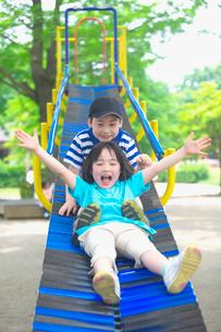 滑り台で遊ぶ子供の写真素材 [FYI03370330]
