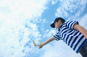 紙飛行機で遊ぶ男の子の写真素材 [FYI03370333]