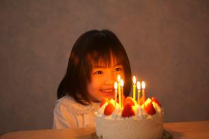 バースデ-ケーキと女の子の写真素材 [FYI03370358]