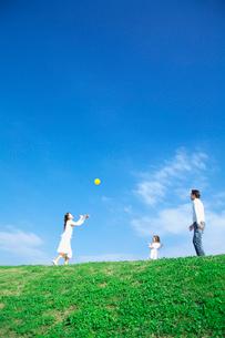 土手でボール投げをして遊ぶ親子の写真素材 [FYI03370362]
