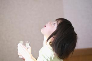 うがいをする女の子の写真素材 [FYI03370376]