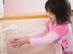 手を洗う女の子の写真素材 [FYI03370382]