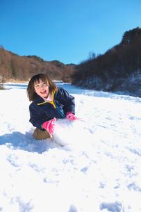 雪だるまを作る女の子の写真素材 [FYI03370408]