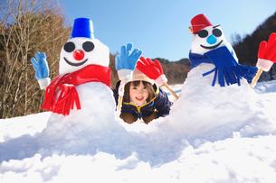 雪だるまと女の子の写真素材 [FYI03370410]