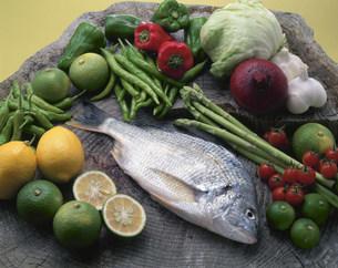 クロダイと野菜の写真素材 [FYI03370540]