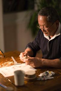 鳥の彫刻を作る男性の写真素材 [FYI03370790]