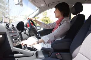 車を運転する女性の写真素材 [FYI03370906]