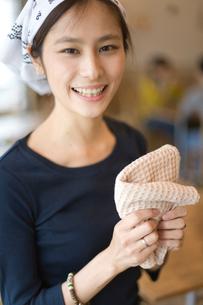 布巾を持つカフェで働く女の子の写真素材 [FYI03370951]