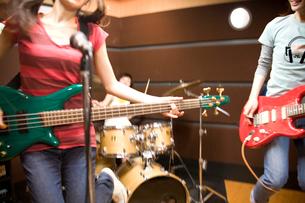 バンドの練習をする女の子たちの写真素材 [FYI03371001]