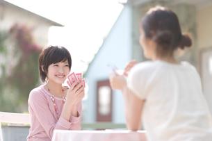 屋外でトランプをする2人の女の子の写真素材 [FYI03371135]