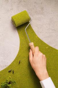 コンクリートを緑化するエコイメージの写真素材 [FYI03371314]