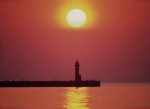 夕日と燈台と釣り人 日本海の写真素材 [FYI03371349]