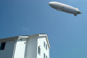 白壁の家と飛行船の写真素材 [FYI03371405]