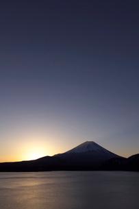 早朝の本栖湖より富士山の写真素材 [FYI03371437]