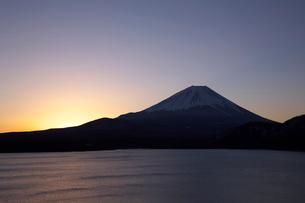 早朝の本栖湖より富士山の写真素材 [FYI03371442]