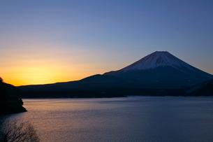 早朝の本栖湖より富士山の写真素材 [FYI03371455]