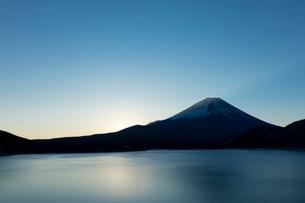 富士山夜明け前の写真素材 [FYI03371512]