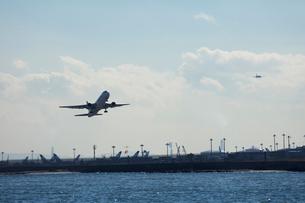 飛行機の離陸の写真素材 [FYI03371737]