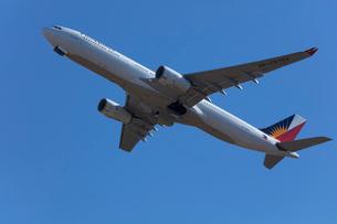 飛行機の離陸の写真素材 [FYI03371739]