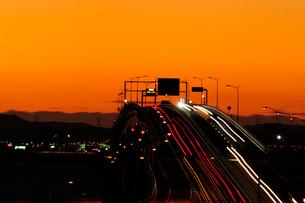 海ほたるパーキングエリアから東京湾アクアラインの夜明けの写真素材 [FYI03372123]