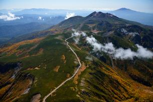 秋色の乗鞍岳と乗鞍スカイラインの写真素材 [FYI03372129]
