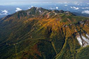 秋色の乗鞍岳とエコーラインの写真素材 [FYI03372130]