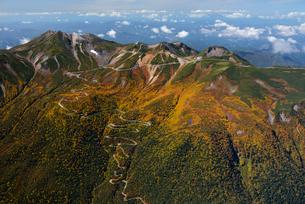 秋色の乗鞍岳とエコーラインの写真素材 [FYI03372132]