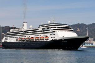 神戸港からクルーズ船フォーレンダムが出港の写真素材 [FYI03372474]
