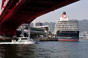 神戸港にクイーン・エリザベスが停泊の写真素材 [FYI03372475]