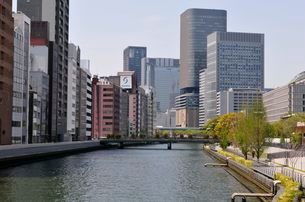 大阪 土佐堀川の街並み風景の写真素材 [FYI03372477]