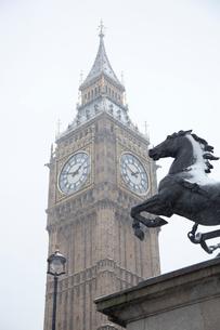 雪を被った馬の像とビッグベンの写真素材 [FYI03372891]