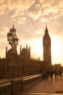 ビッグベンと街灯と夕方の雲と光の写真素材 [FYI03372915]