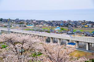 日本海と北陸新幹線の写真素材 [FYI03373005]
